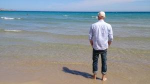 Spänner av vid stranden i Santa Pola