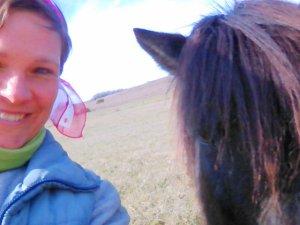 Jag i hagen med en av islandhästarna på vårt nuvarande husvaktsuppdrag